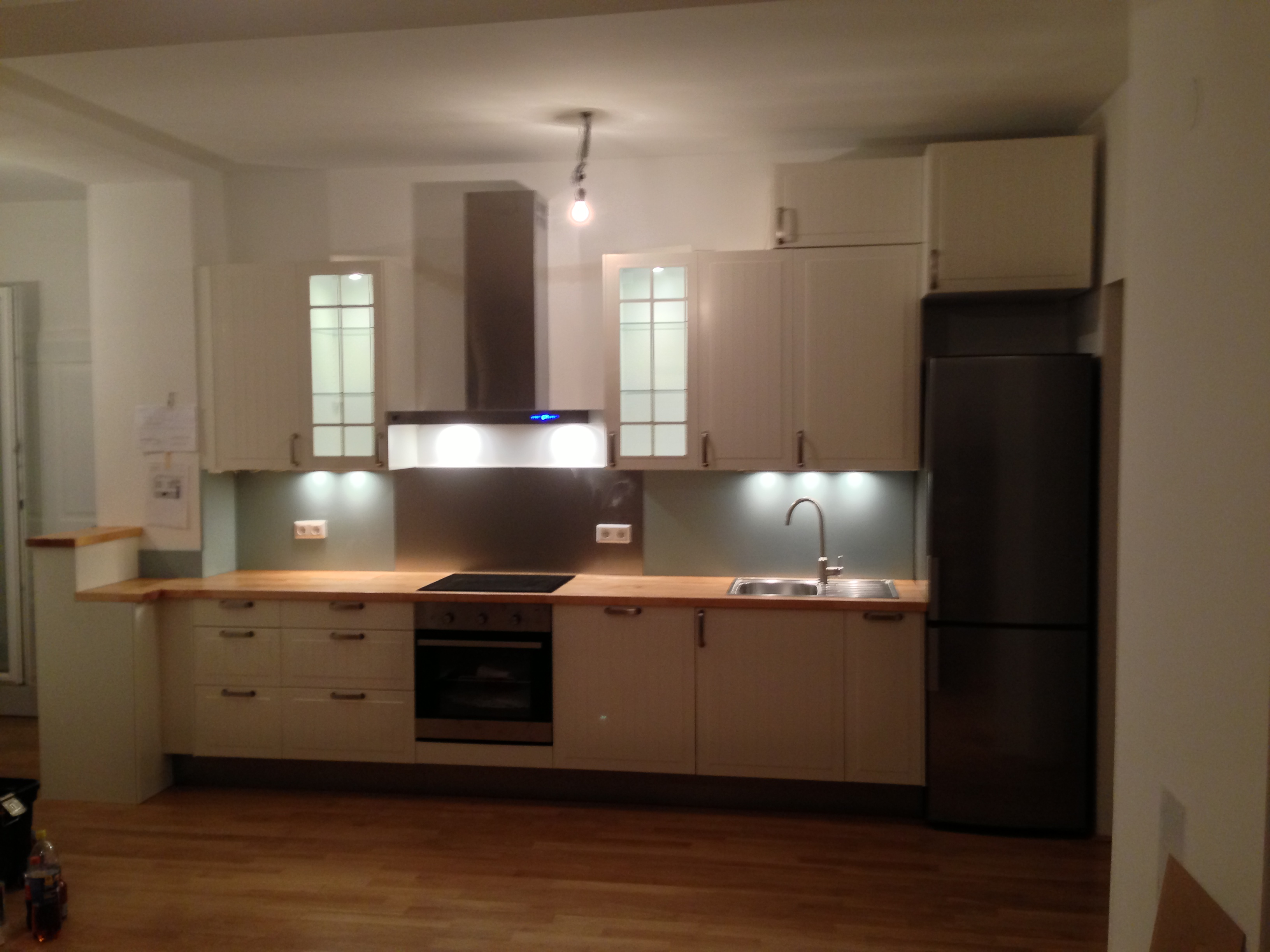 helle Küche in einer Altbauwohnung