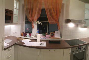 helle freundliche Küche mit Arbeitsplatte in Nussoptik