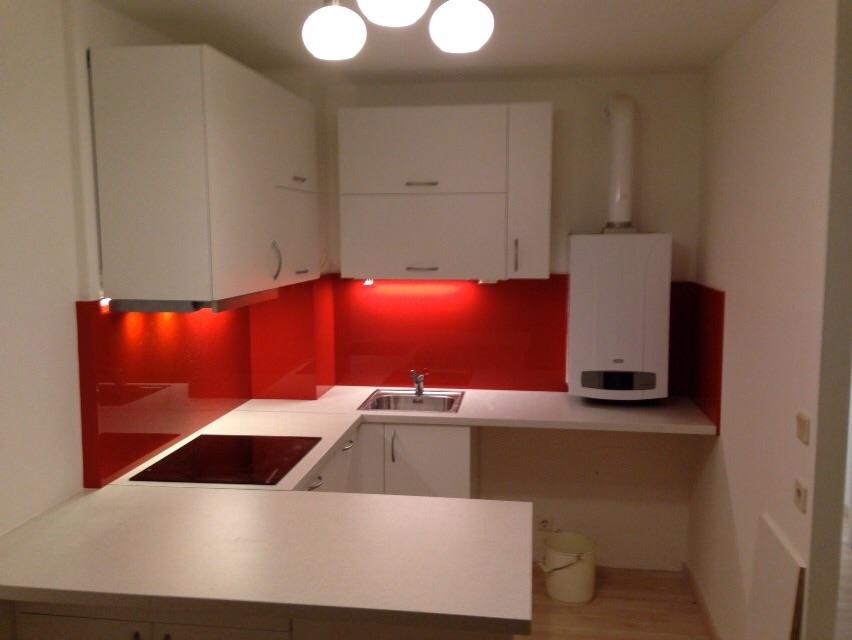 kleine weiße Wohnküche mit roter Nischenrückwand