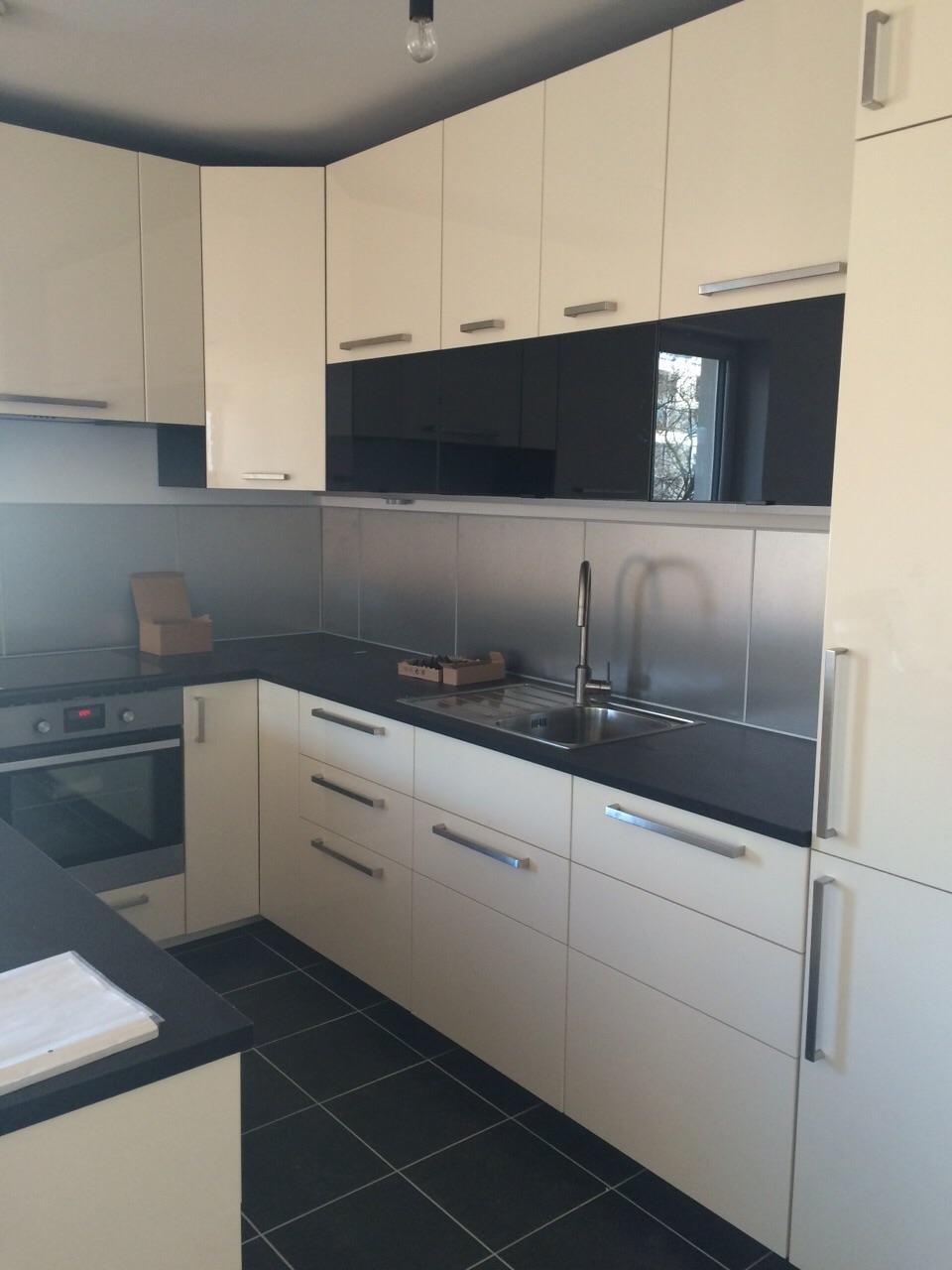weiße Küche mit dunkelgrauer Arbeitsplatte