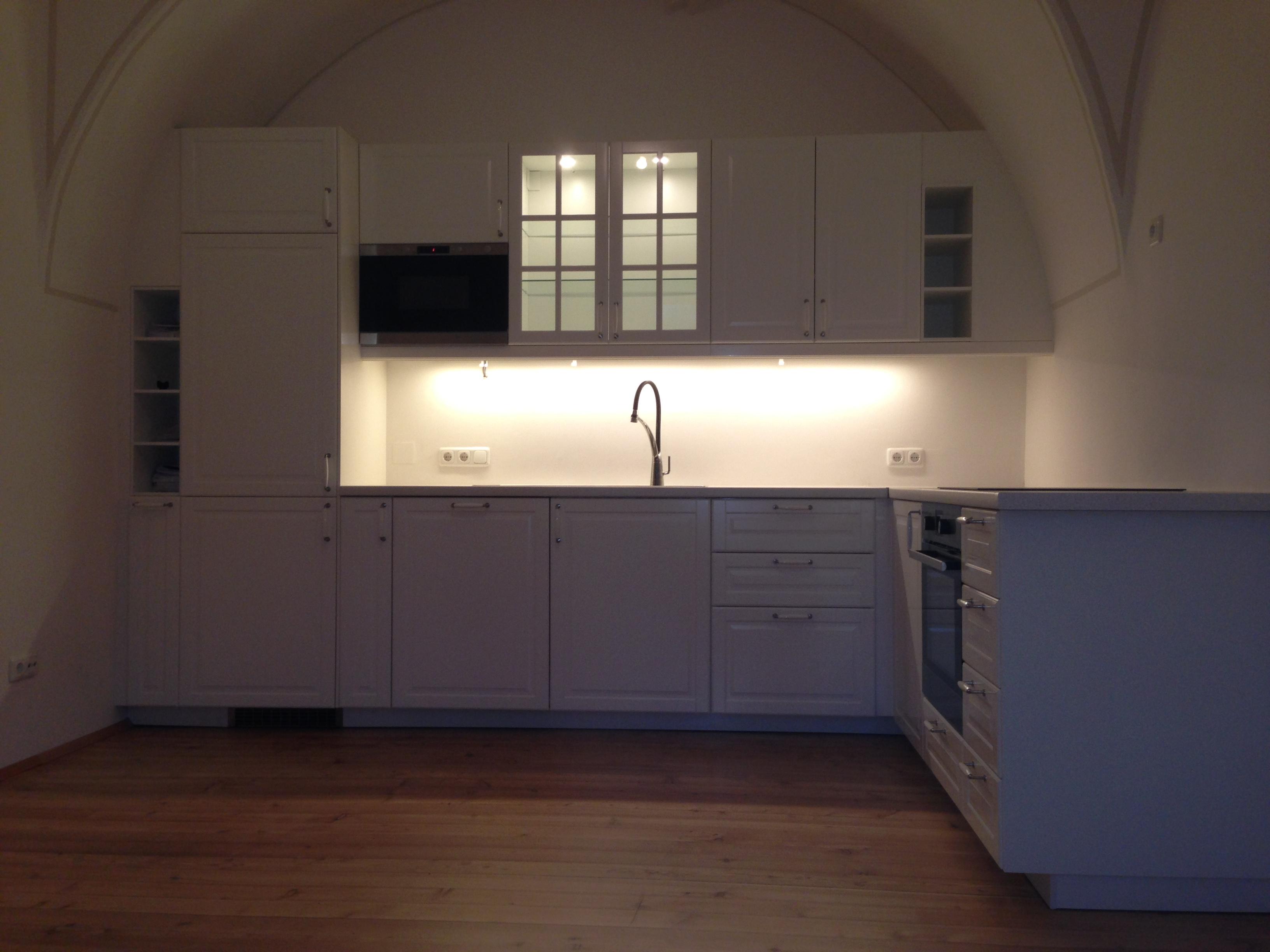 weiße Küche in Rundbogen des Schlosszimmers perfekt integriert