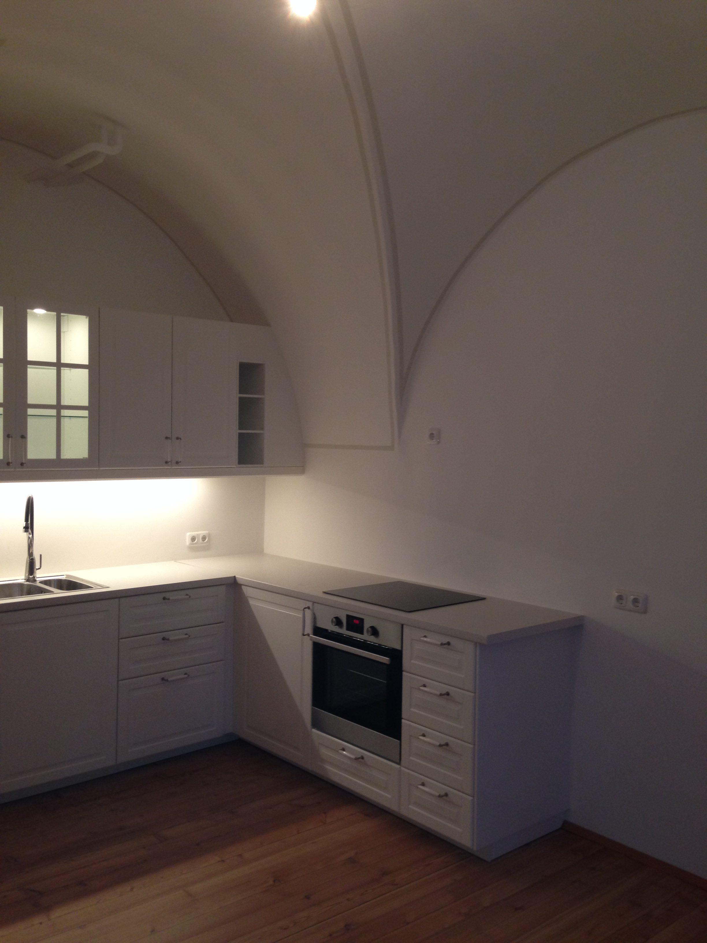 Diese Schlossküche wurde in den Rundbogen integriert und harmoniert mit dem alten Gemäuer.
