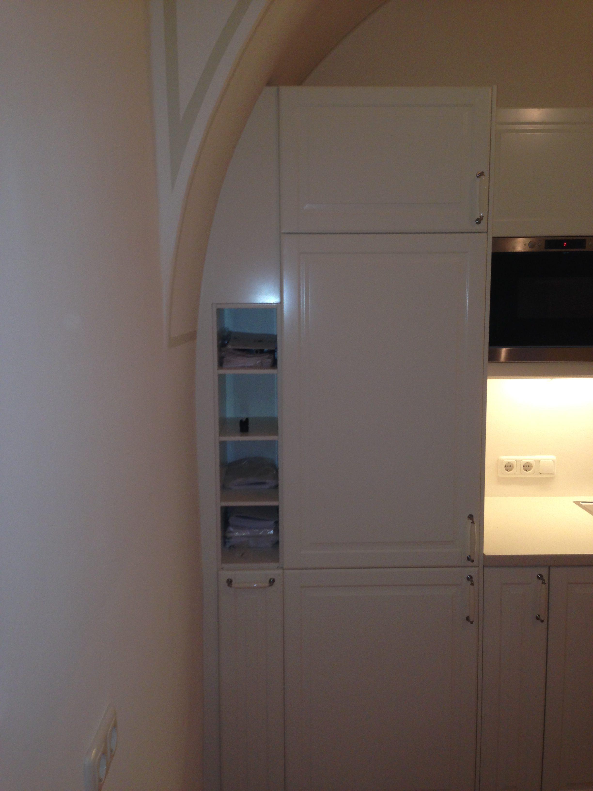 Geht nicht, gibt's nicht! Eckige Küche in Rundbogen - geht das? Wie Sie sehen, geht alles! Die eckigen Oberschränke der Küche wurden perfekt in den Rundbogen des alten Schlosses integriert.