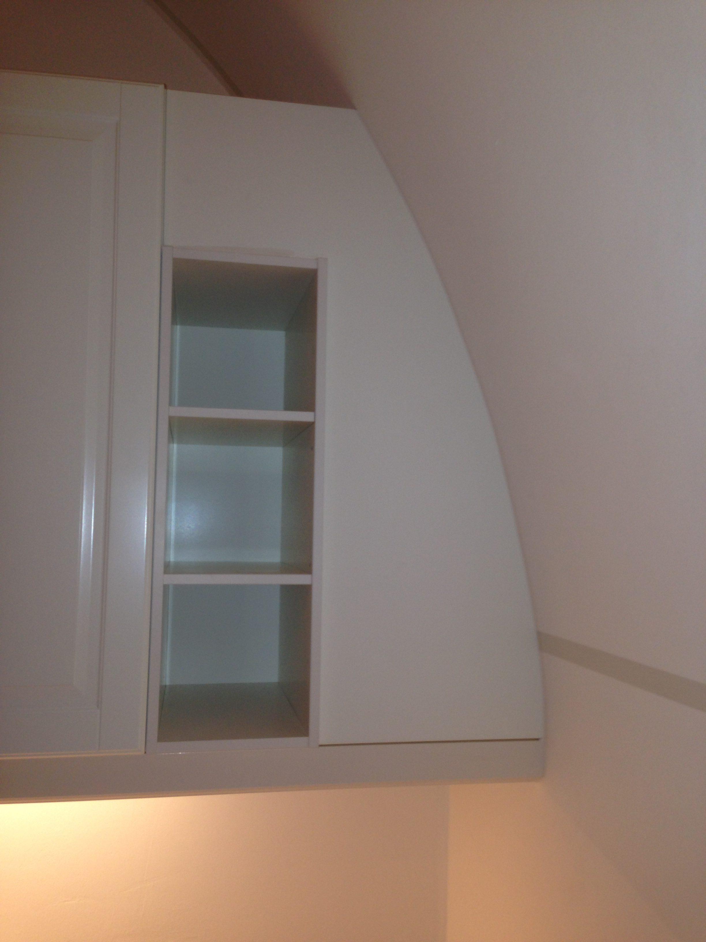Die Oberschränke der Küche wurden in den Rundbogen des Schlosses integriert.