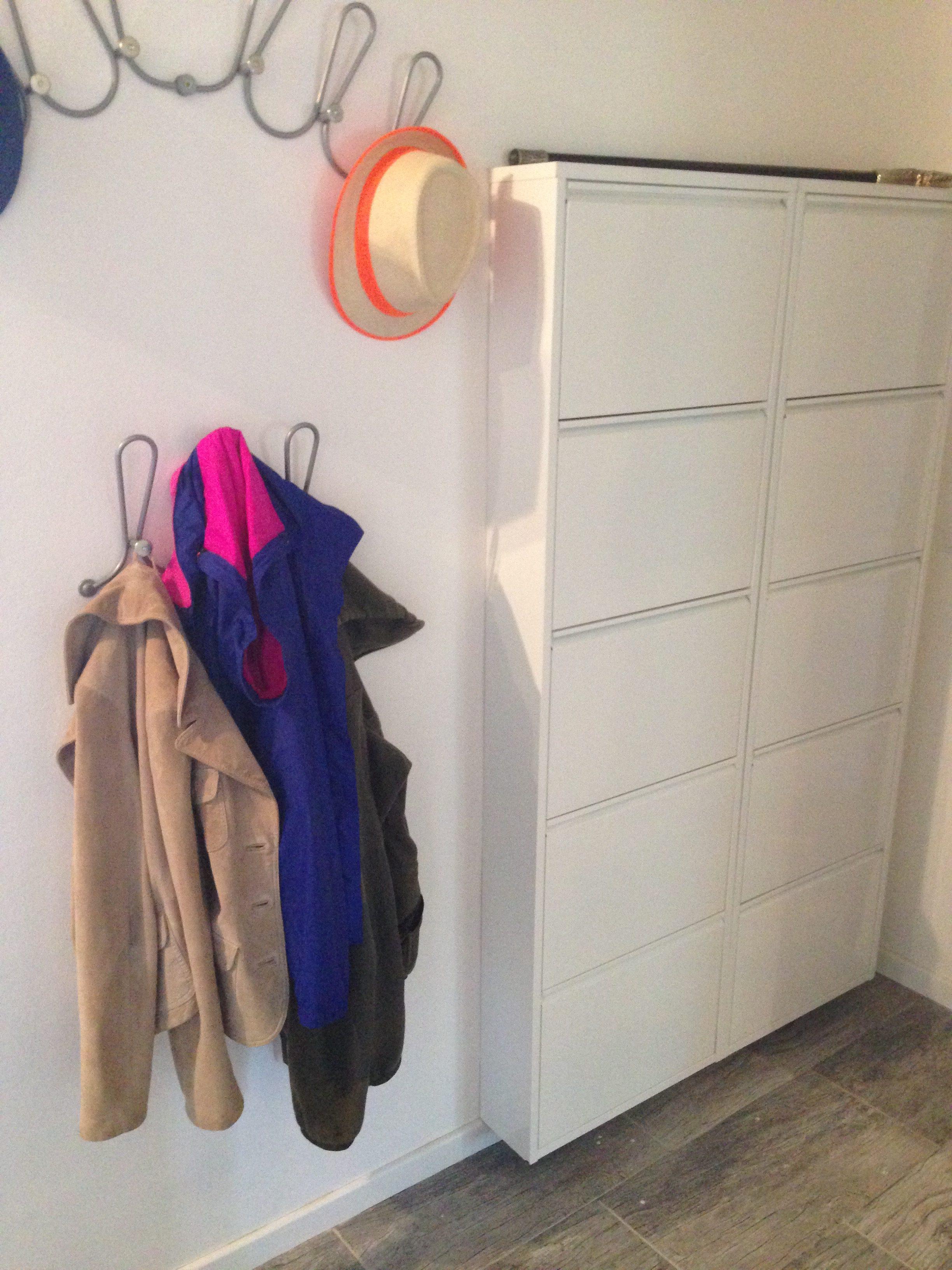 Die Garderobe und der Schuhschrank bieten sich für diese schmale Wandtiefe geradezu an.