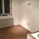Vinylboden in einem Badezimmer, auch die Badewanne wurde berücksichtigt.