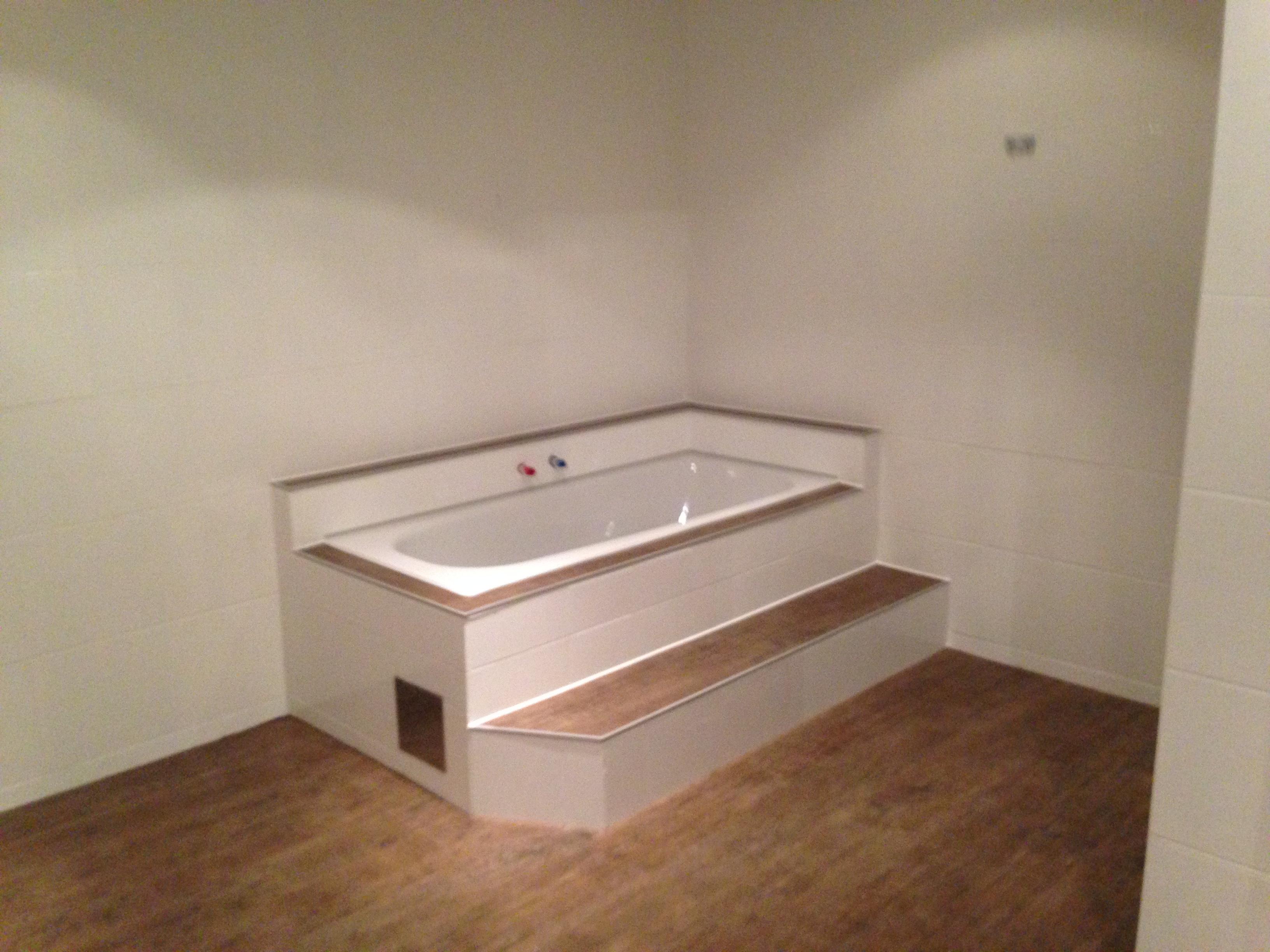 Vinylboden in einem Badezimmer, auch Badewanne und Stufe wurden berücksichtigt.