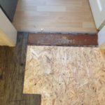 Hier wird gerade ein neuer Laminatboden in einer Küche verlegt.