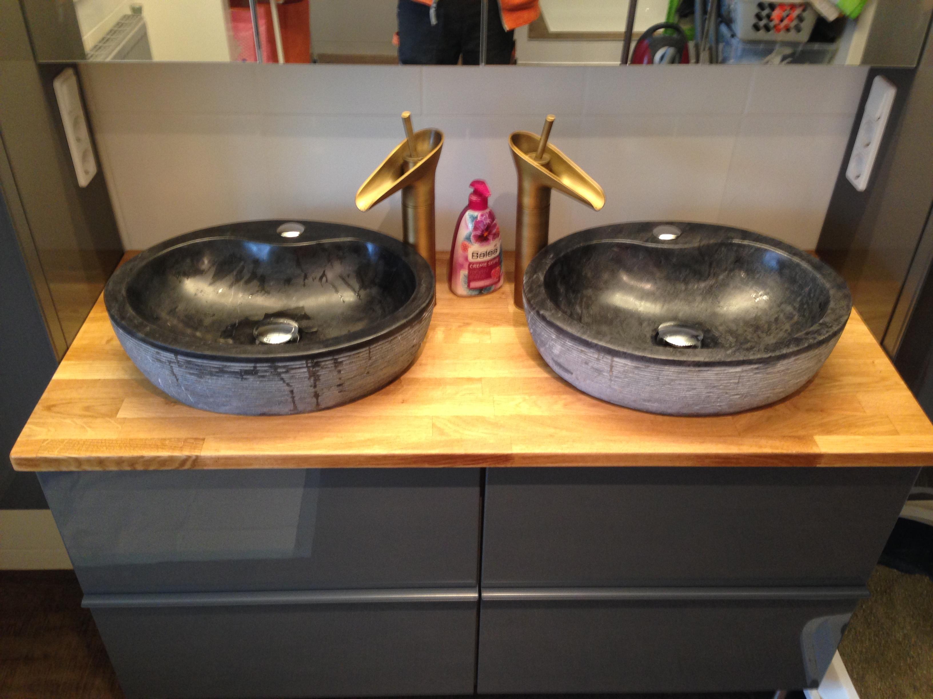 Der Doppelwaschtisch mit den beiden Steinwaschbecken auf einer geölten Eichenvollholzplatte.