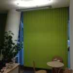 Diese Vertikaljalousie in maigrün verwandelt das Büro in eine gemütliche Atmosphäre.