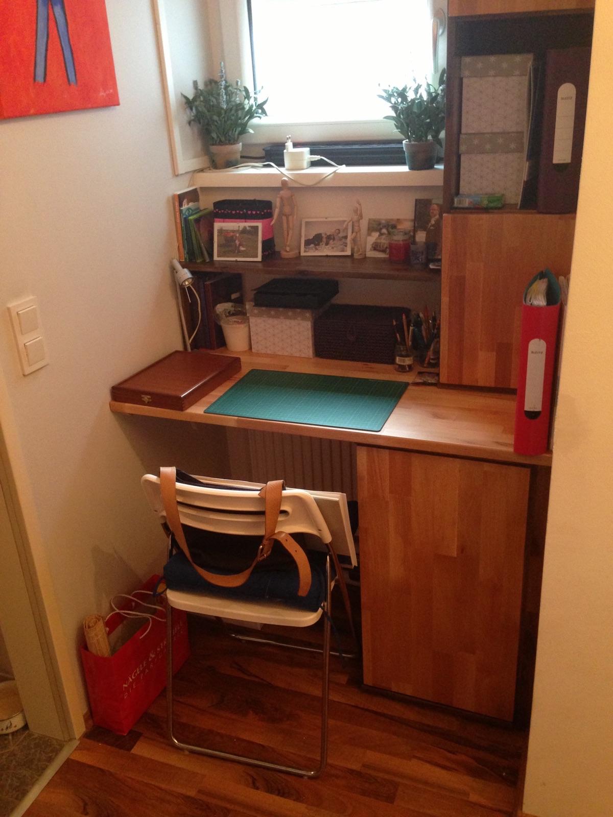Dieser Schreibtisch aus Vollholz (Akazie und Buche, geölt) wurde für eine Nische in einer Neubauwohnung angefertigt.
