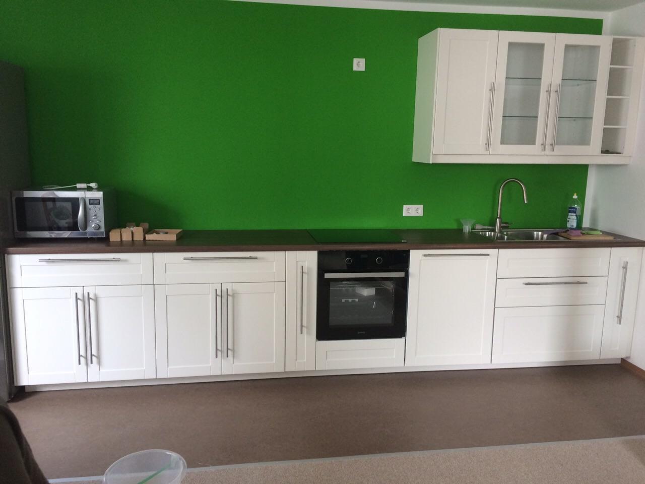 weiße Küche und grüne Wand – Montagetischler Notdienst